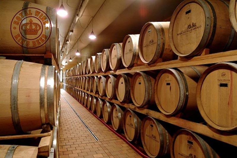 Thùng gỗ sồi ủ rượu vang